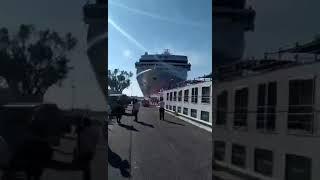 В Венеции огромный лайнер протаранил теплоход. На борту лайнера находились 130 человек, некоторые...