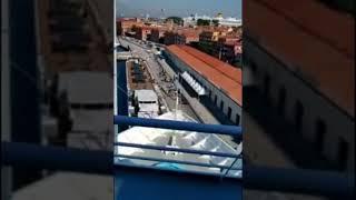 Сегодня утром в Венеции огромный круизный лайнер MSC Operа врезался в прогулочный кораблик